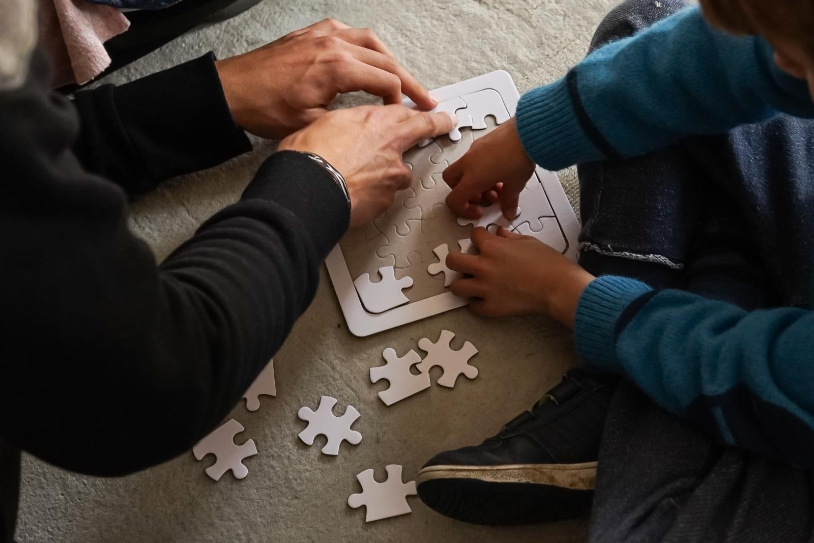2 crianças a construir um puzle