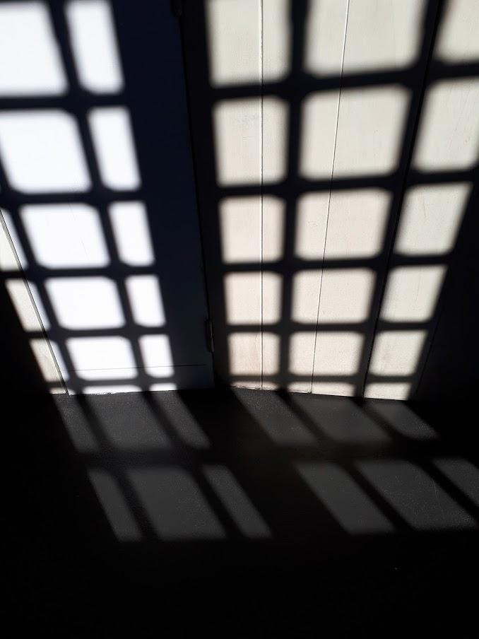 Sombra de grades no Museu do Aljube
