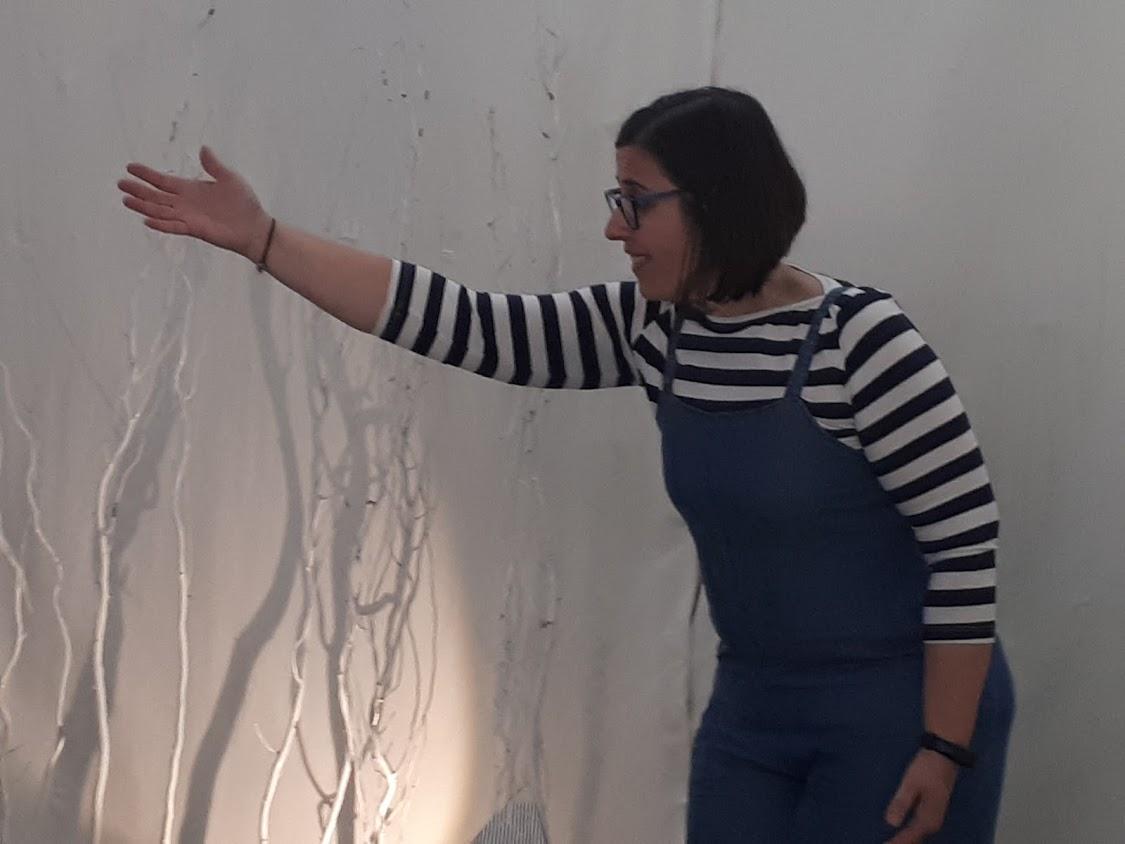 Mulher em performance com um fundo de sombras e luzes