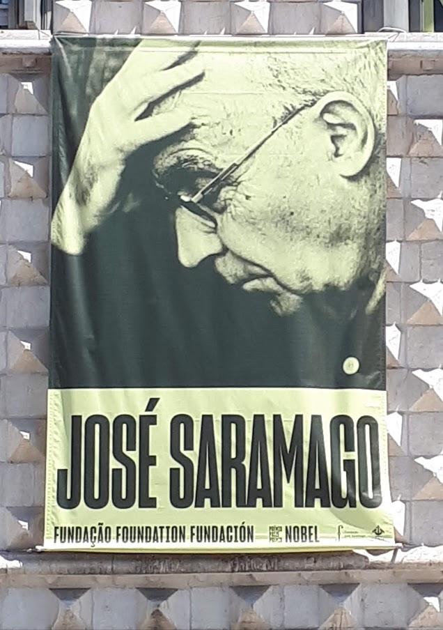 Cartaz com fotografia de José Saramago na fachada da Casa dos Bicos
