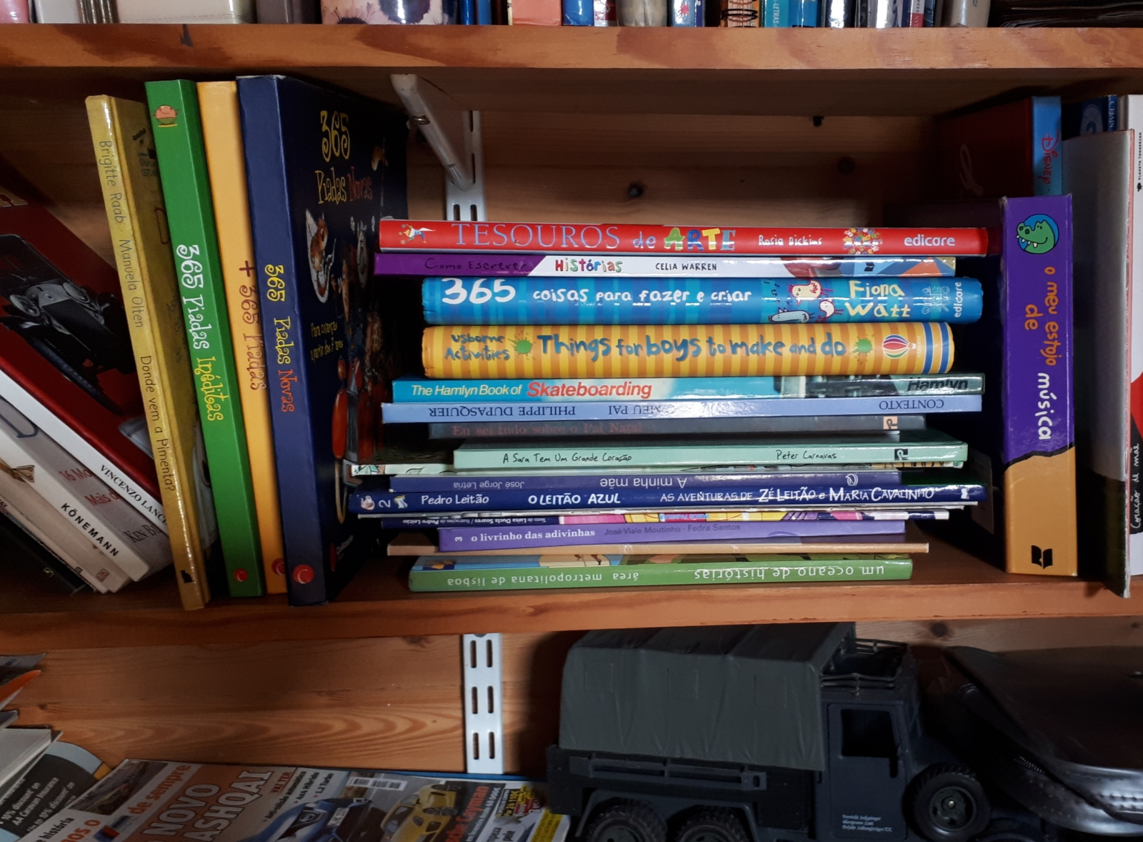 Pormenor de estante com muitos livros