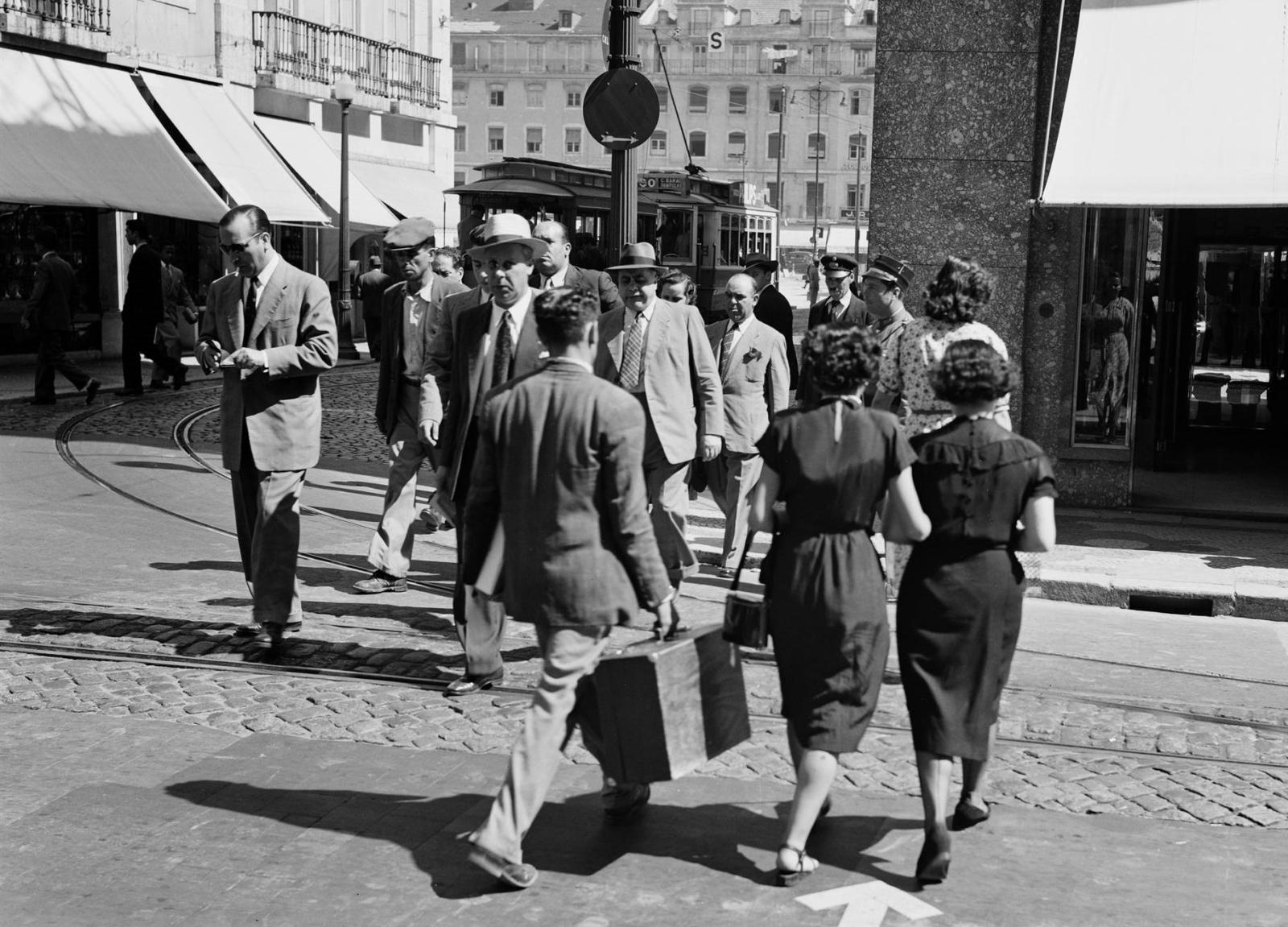 Pessoas a passear numa rua de Lisboa
