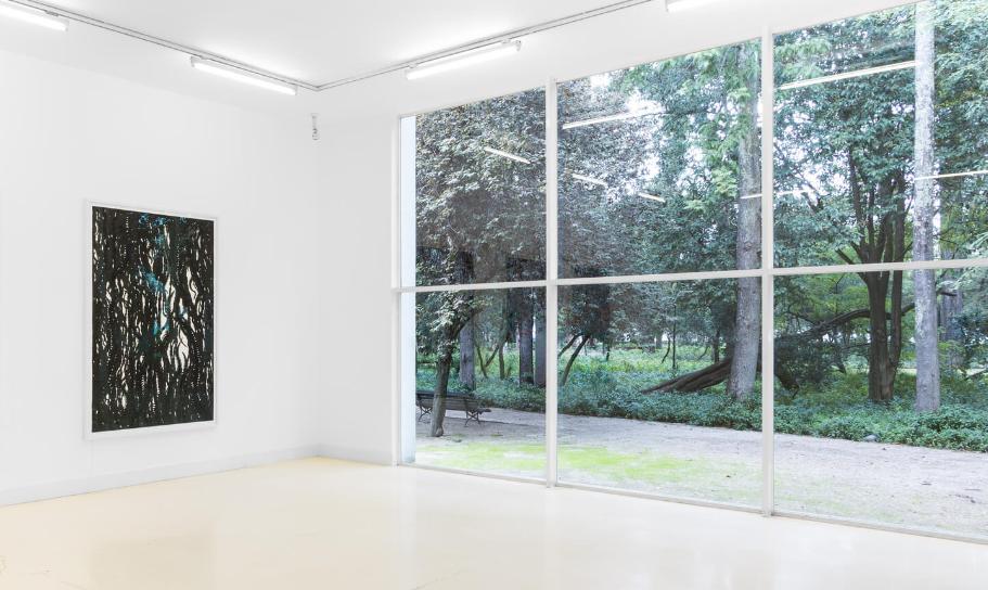 Vista interior, com janela, de galeria de exposições