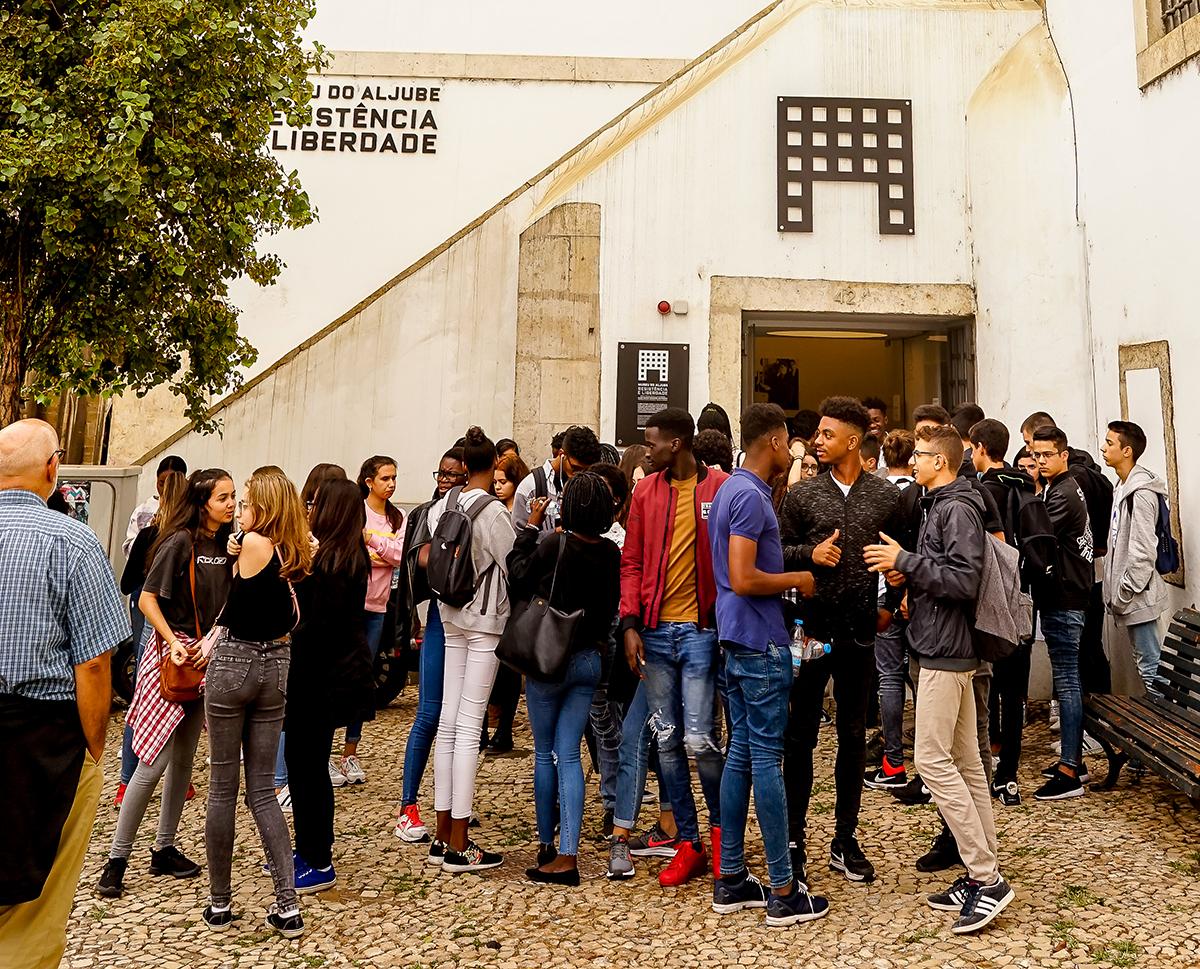 Grupo de adolescentes à porta do Museu do Aljube