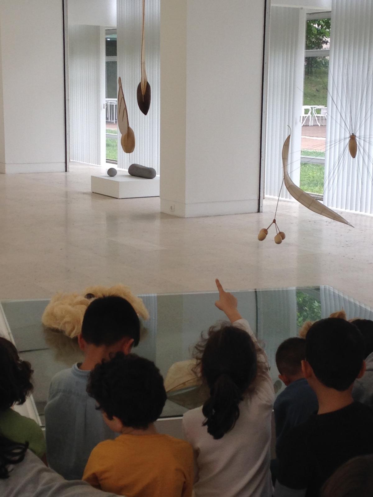 Grupo de crianças a frequentar uma visita guiada no complexo dos Coruchéus