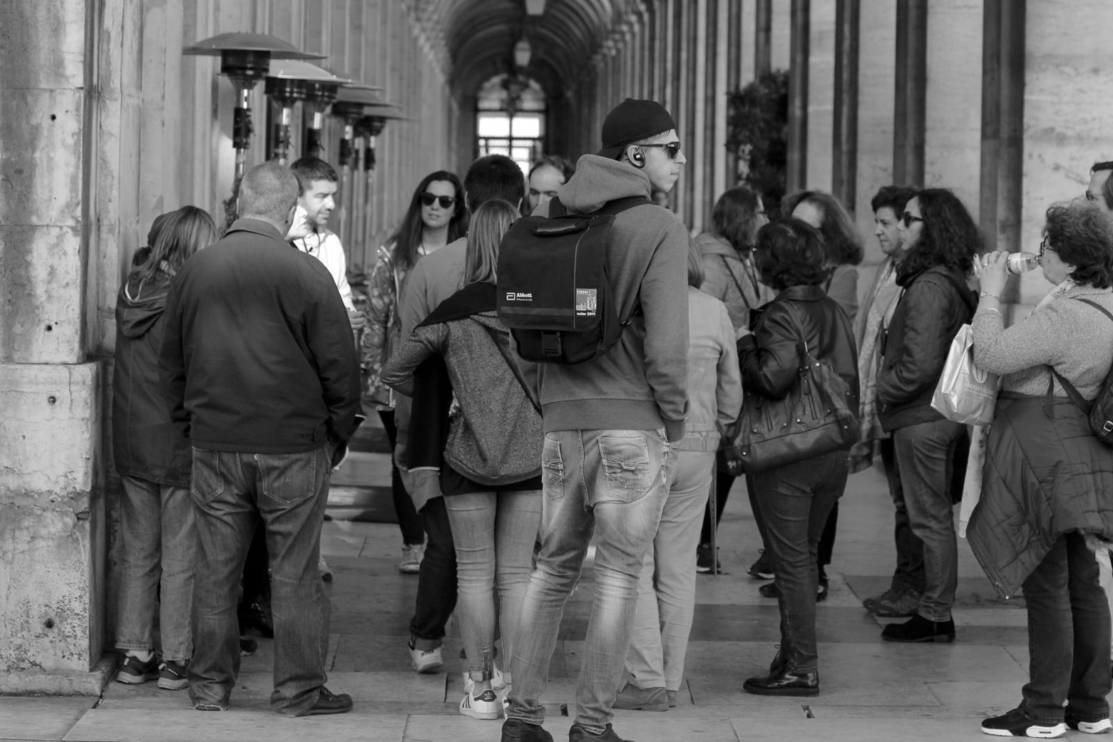 Adolescentes a fazer percursos pedonais em Lisboa