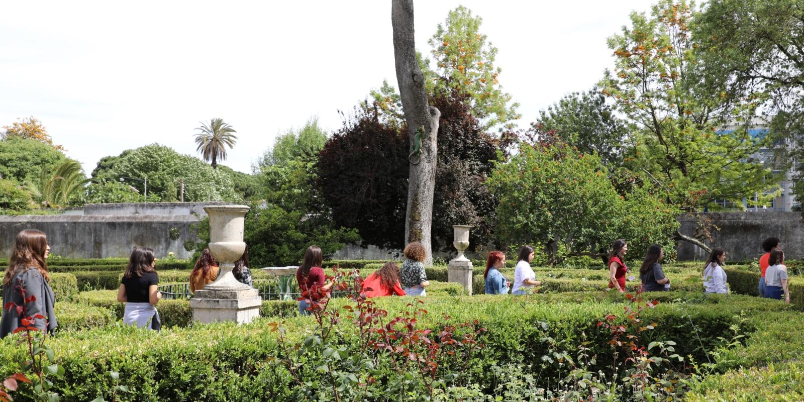 Jovens a passear num jardim