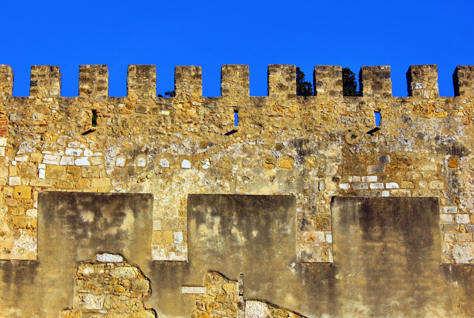 Muralhas, ameias e torreoões do Castelo de S. Jorge