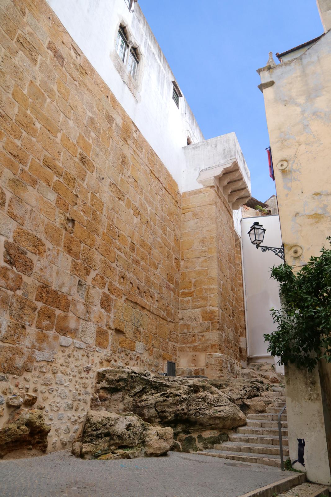 Um trilho de rua com uma escadaria em pedra