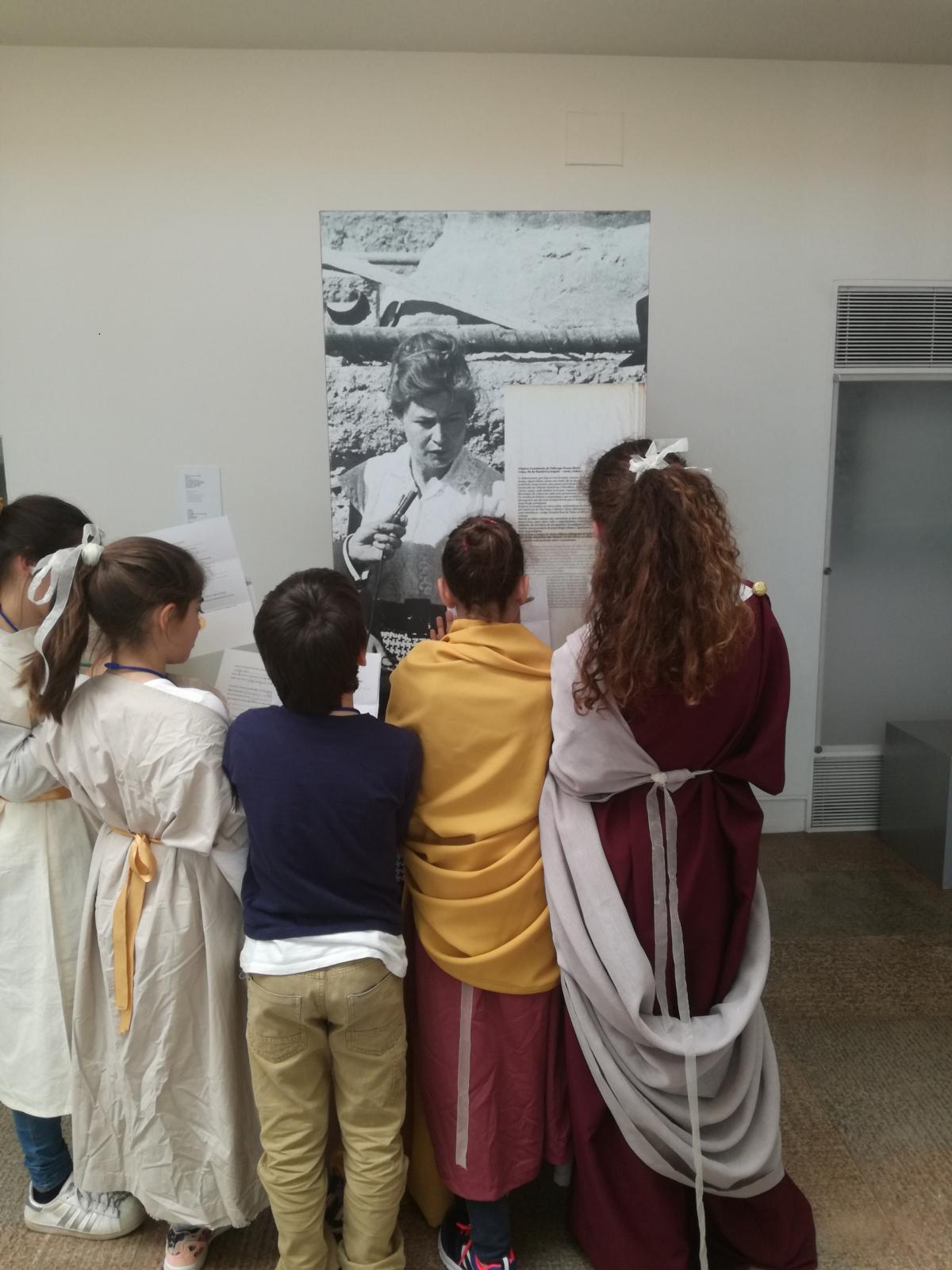 Crianças observam quadro em exposição