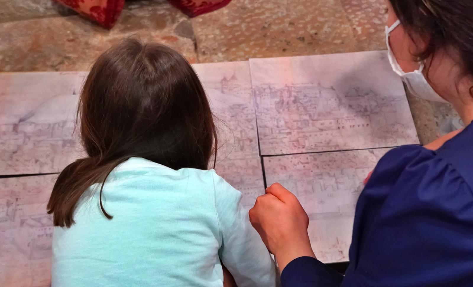 Mãe e filha a construírem puzzle