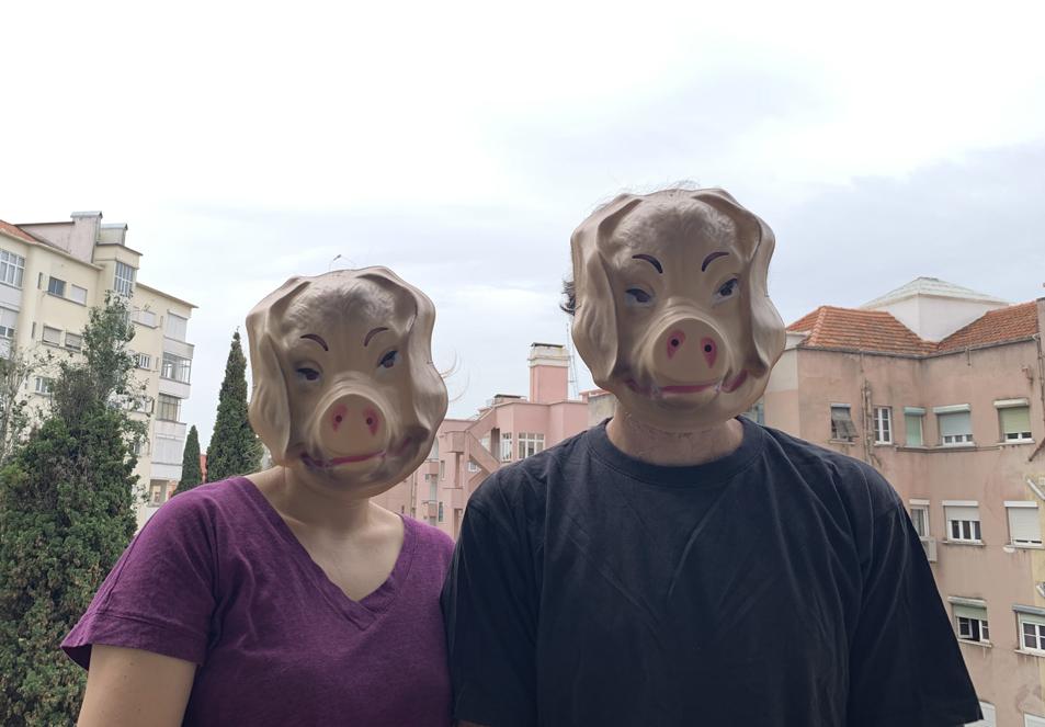duas pessoas com mascaras de porcos na cabeça