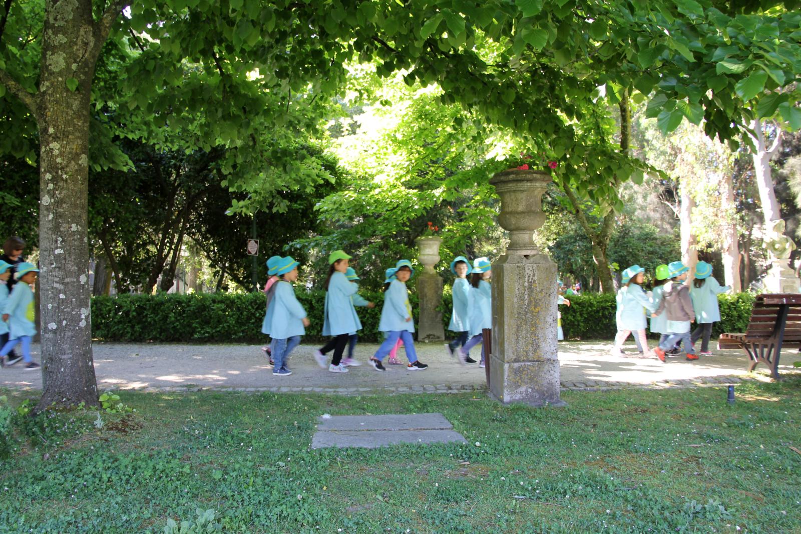 Crianças a passear no jardim