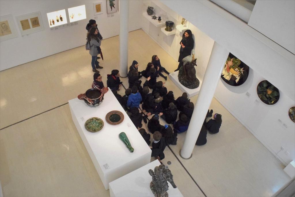 Atividade com alunos a decorrer na galeria do Museu Bordalo Pinheiro