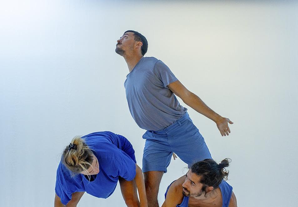 Três pessoas em performance - dança