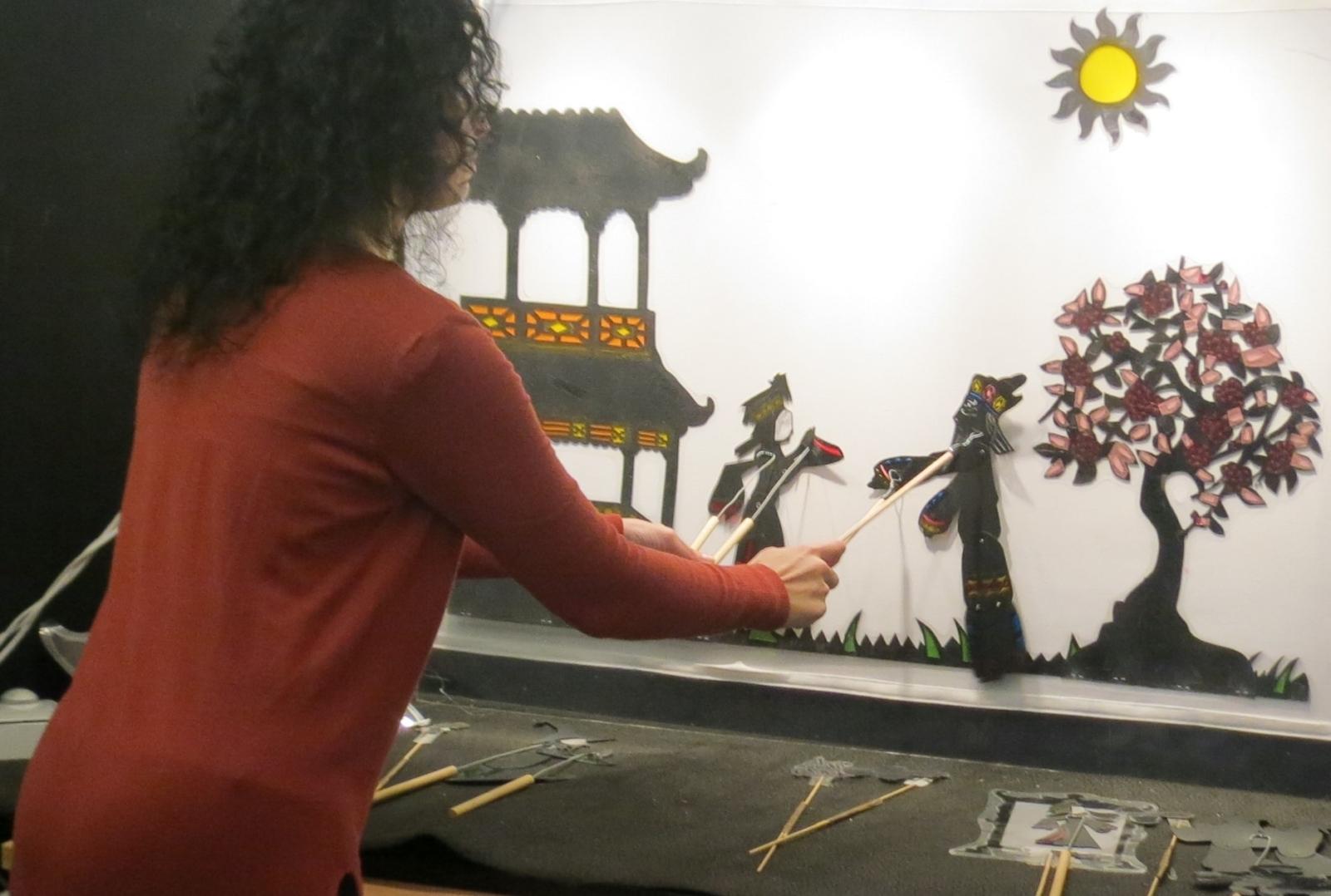 Mediadora a manipular marionetas de sombra