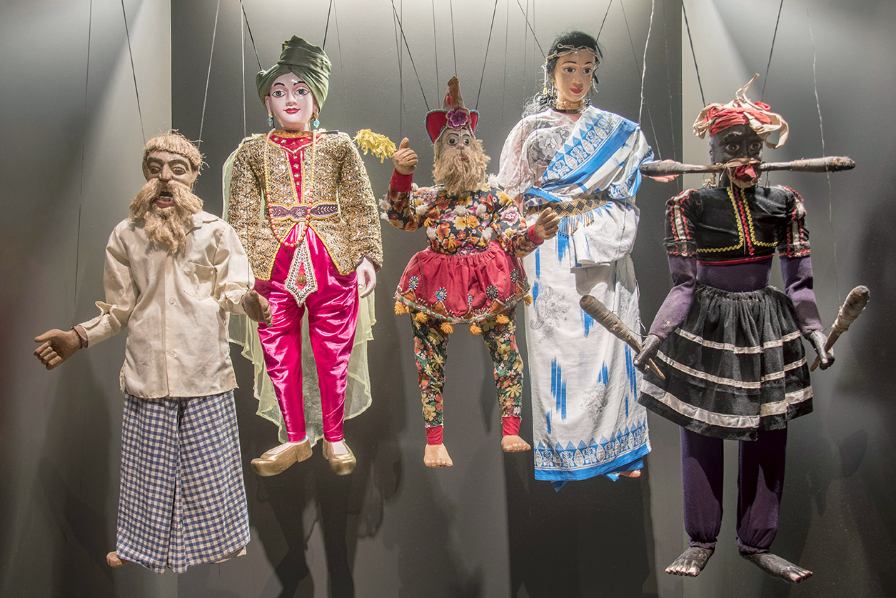 cinco marionetas expostas