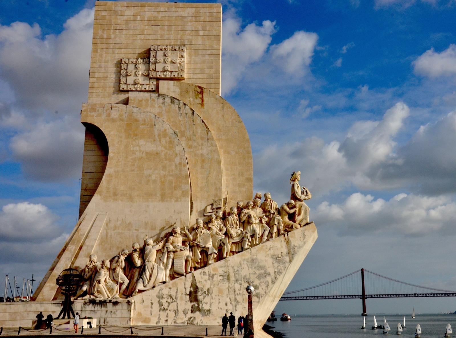 Vista do Padrão dos Descobrimentos e da ponte 25 de Abril