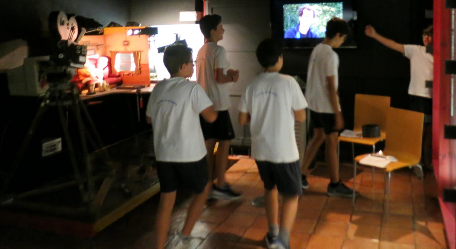 cinco rapazes a explorarem o Museu da Marioneta