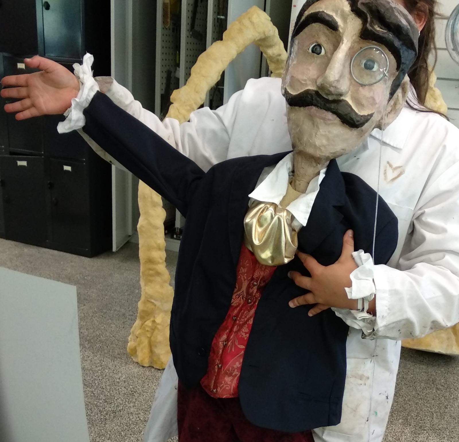 Marioneta a ser manipulada por uma pessoa