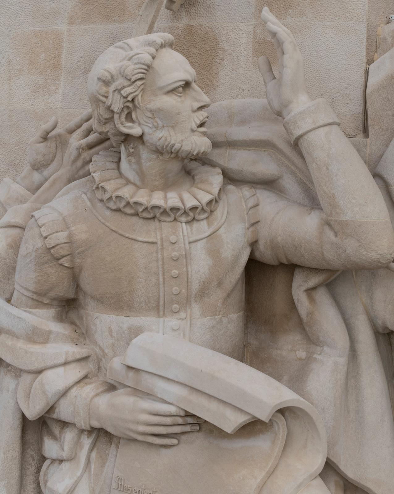 Pormenor de Luís de Camões no Padrão dos Descobrimentos