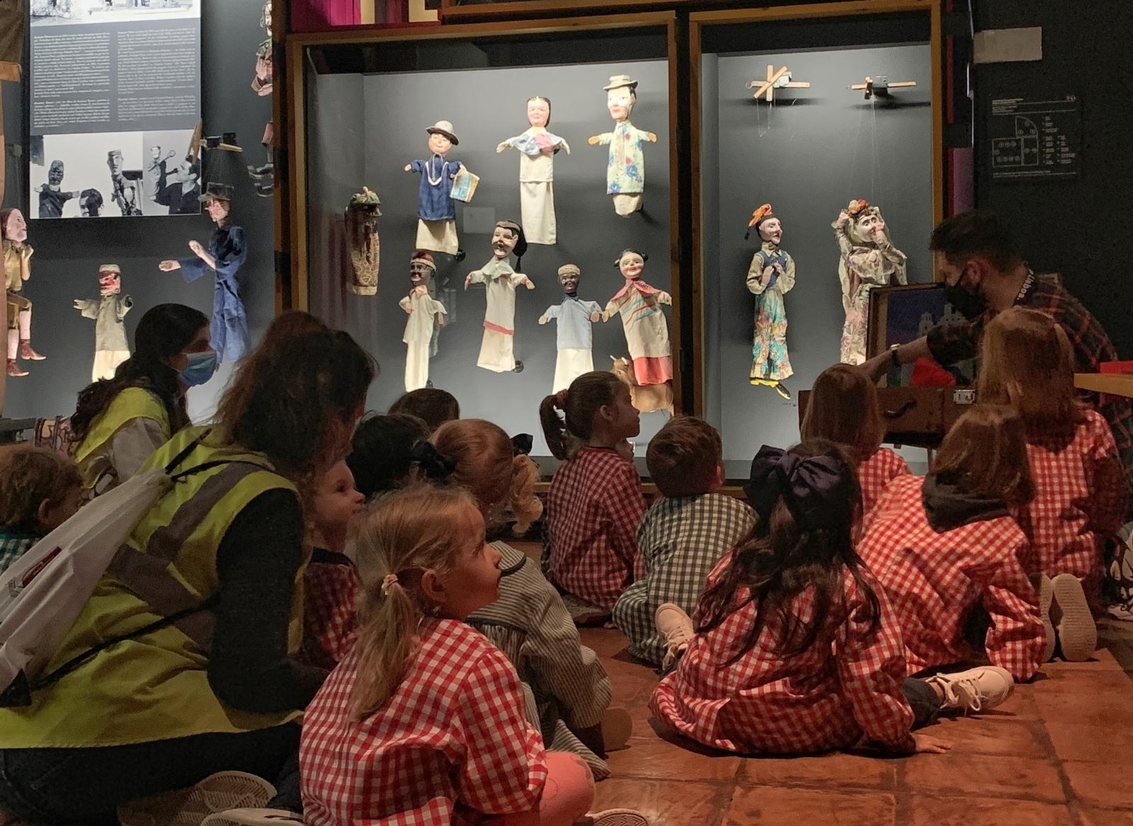 Grupo de meninos a assistir a uma atividade no Museu da Marioneta