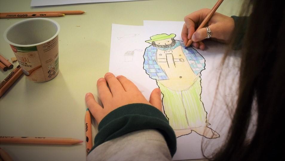 Menina a desenhar o Zé Povinho